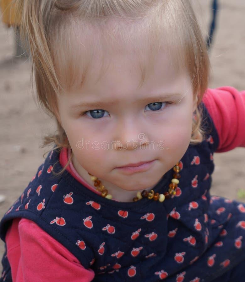 Het meisje van de baby met grote blauwe ogen stock foto's