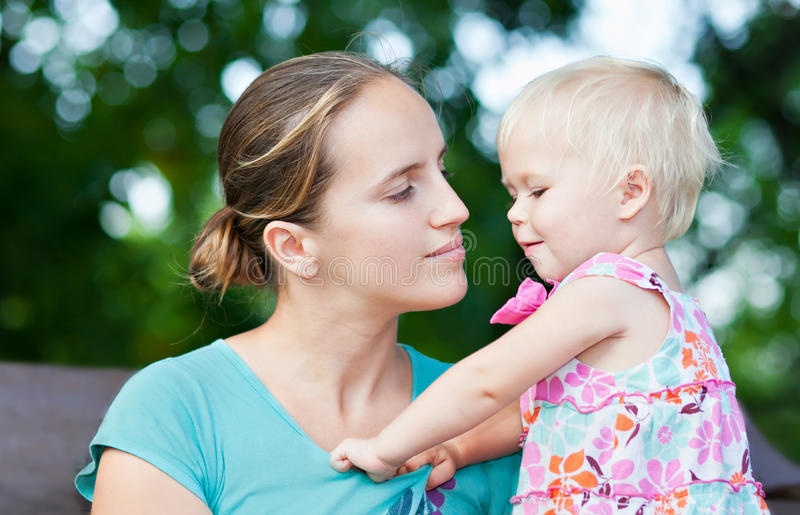 Het meisje van de baby met haar mothe royalty-vrije stock foto's