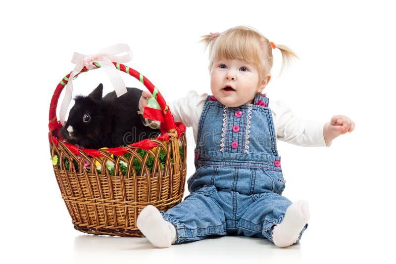 Het meisje van de baby met Paashaas stock afbeeldingen