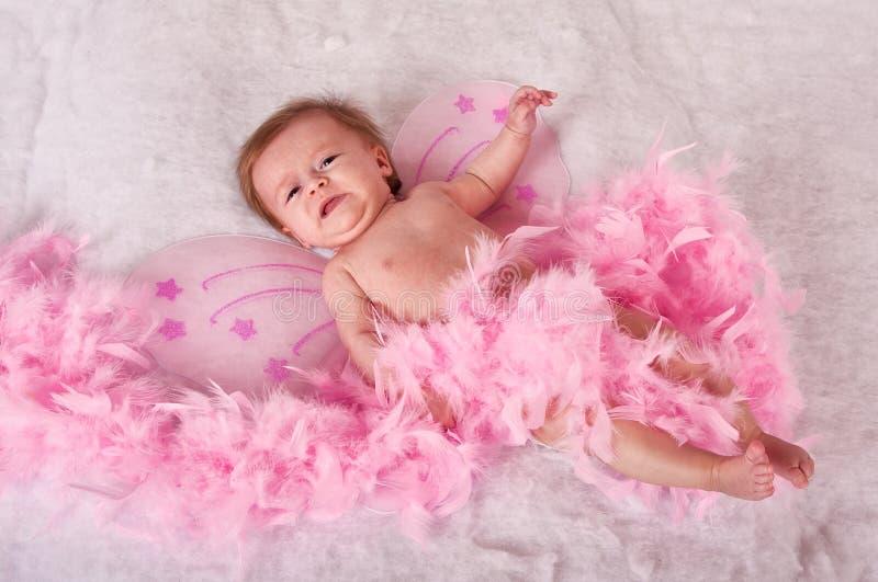 Het meisje van de baby met roze feevleugels stock afbeeldingen