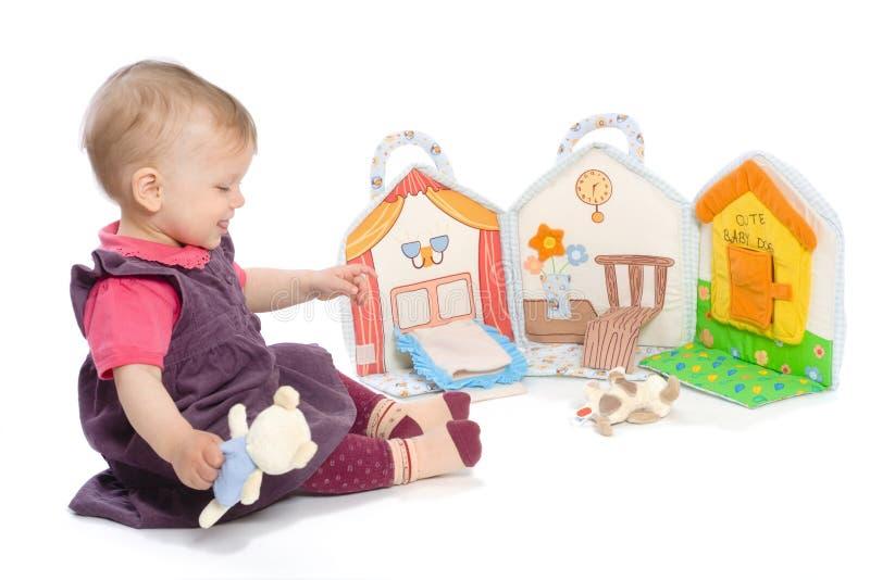 Het meisje van de baby met stuk speelgoed boek royalty-vrije stock foto