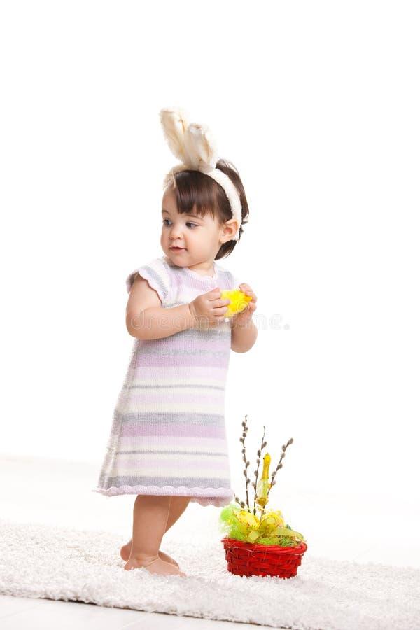 Het meisje van de baby met stuk speelgoed kip royalty-vrije stock afbeeldingen