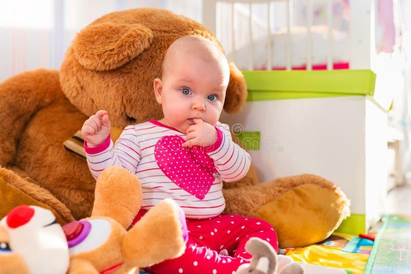 Het meisje van de baby met teddybeer stock afbeelding