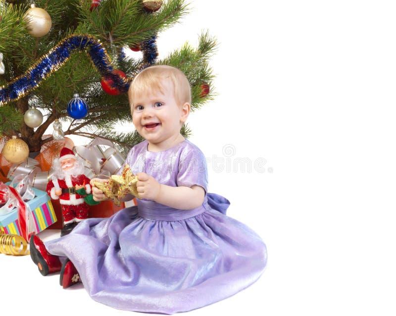 Het meisje van de baby onder de Kerstboom stock afbeelding