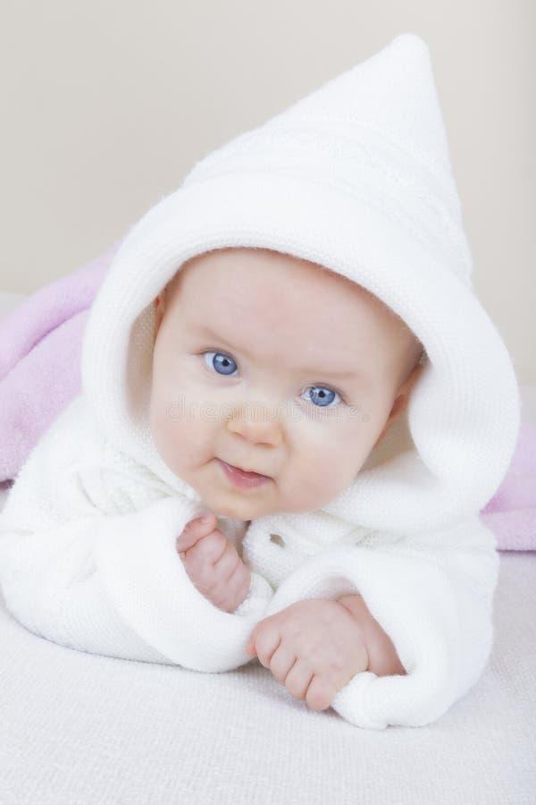 Het meisje van de baby op bed stock foto's