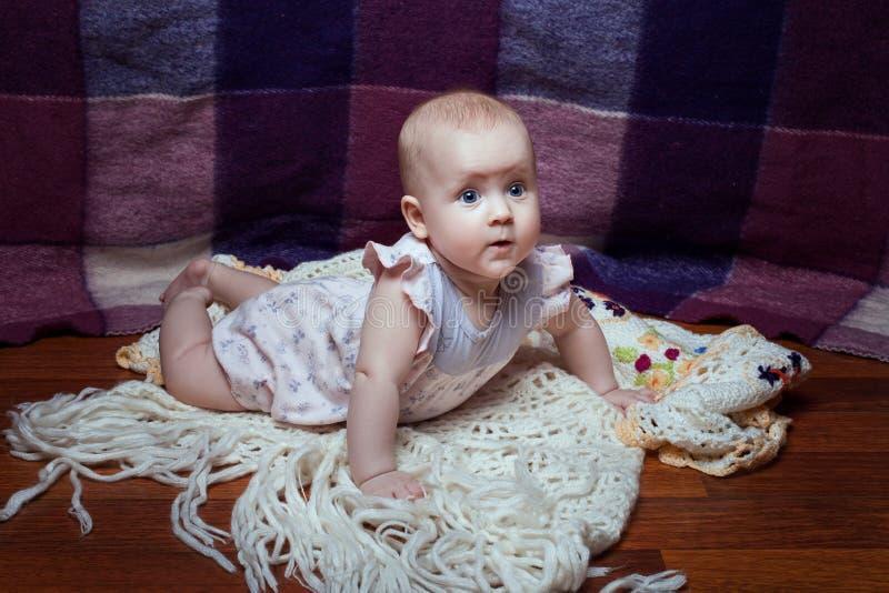 Het meisje van de baby op haar maag stock fotografie