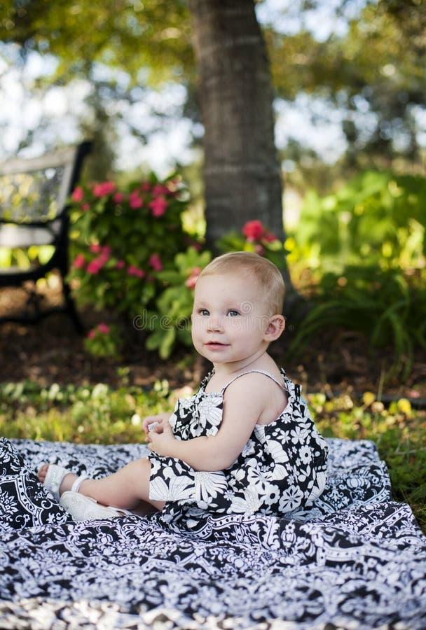 Het meisje van de baby in park stock foto's