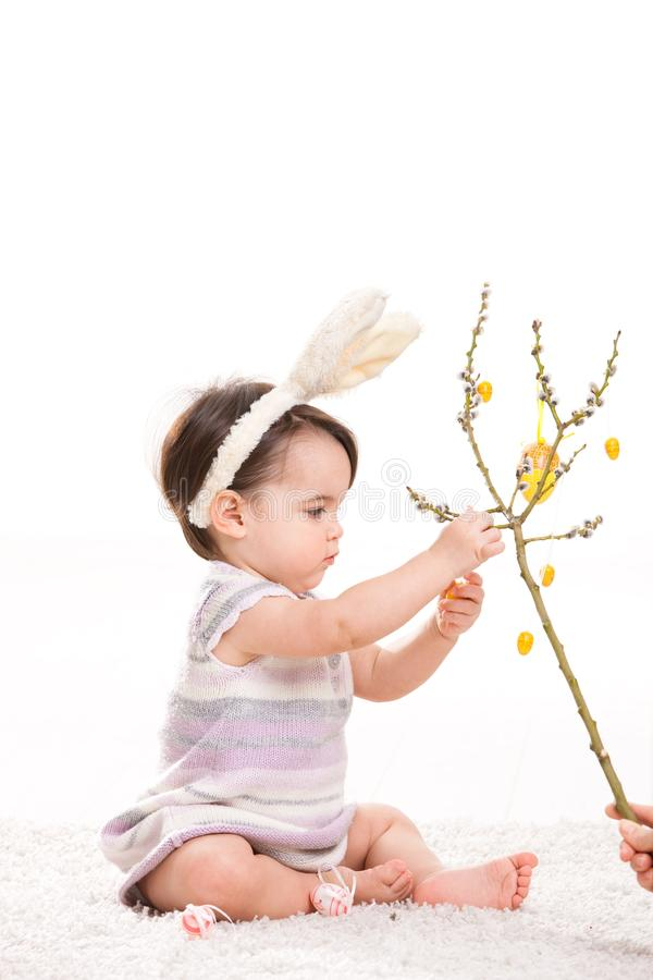 Het meisje van de baby het spelen met paaseieren royalty-vrije stock afbeelding