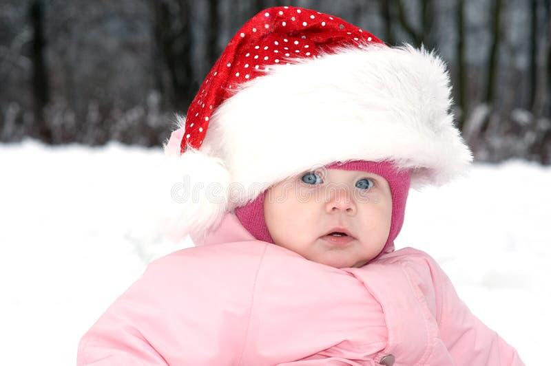 Het Meisje van de baby in rode Kerstmishoed stock foto's