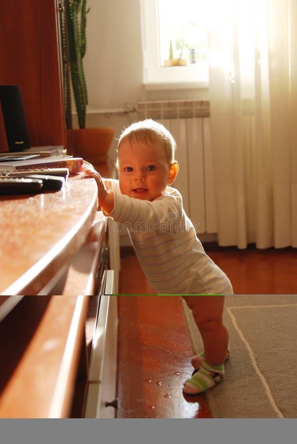 Het meisje van de baby status stock fotografie