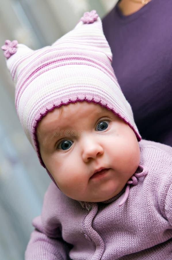 Het meisje van de baby in viooltje stock afbeeldingen