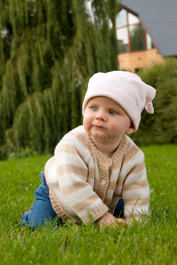 Het meisje van de baby in weide royalty-vrije stock foto's