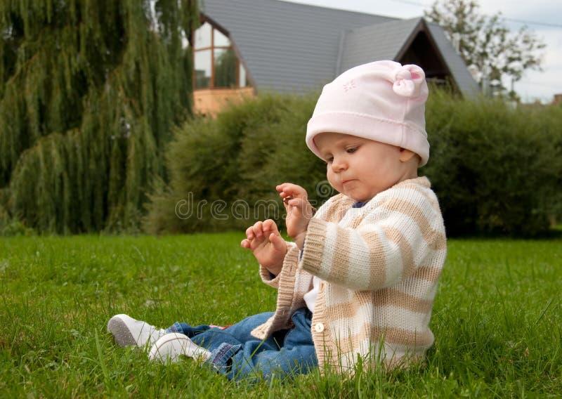 Het meisje van de baby in weide stock afbeelding