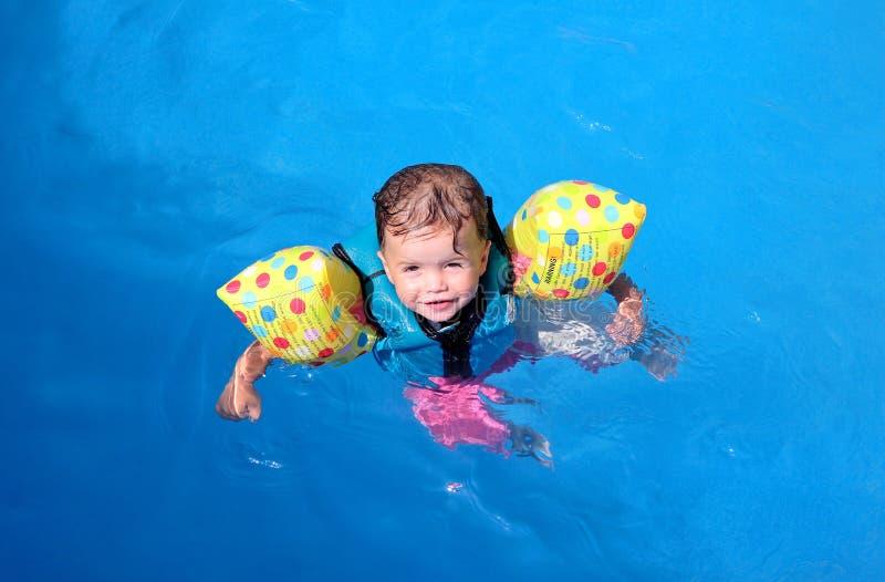 Het meisje van de baby in zwembad stock fotografie