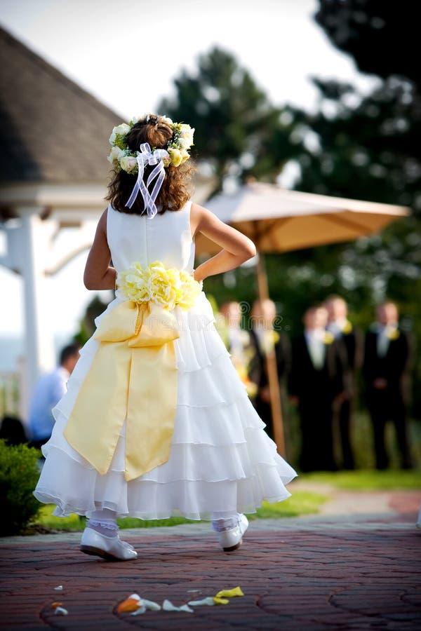 Het meisje van de bloem bij een huwelijk stock fotografie