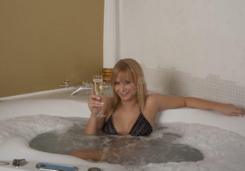 Het meisje van de blonde in een KUUROORD royalty-vrije stock foto