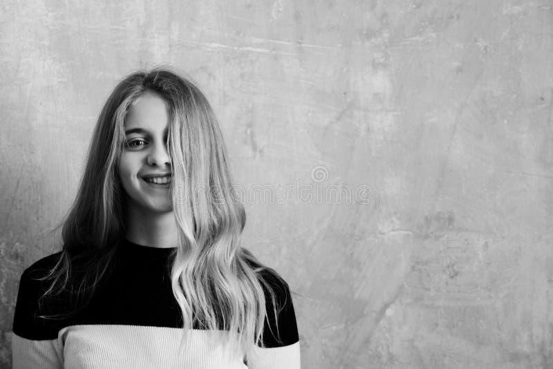 Het Meisje van de blonde gelukkig mooi jong meisje, modieuze tiener op beige achtergrond stock afbeeldingen