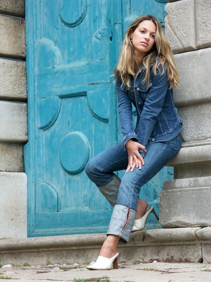Het meisje van de blonde in jeans stock fotografie