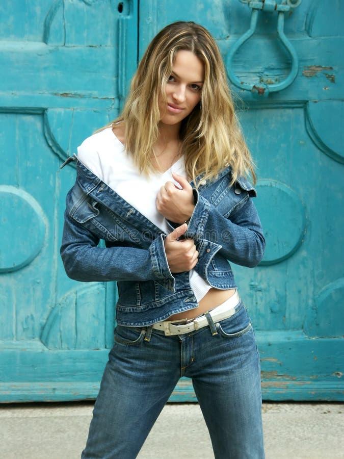 Het meisje van de blonde in jeans stock foto's