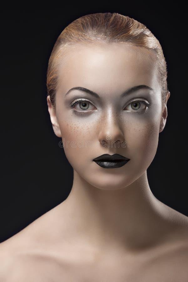 Download Het Meisje Van De Blonde Met Donkere Lippenstift Voor De Camera Stock Afbeelding - Afbeelding bestaande uit gezicht, aantrekkingskracht: 29502961