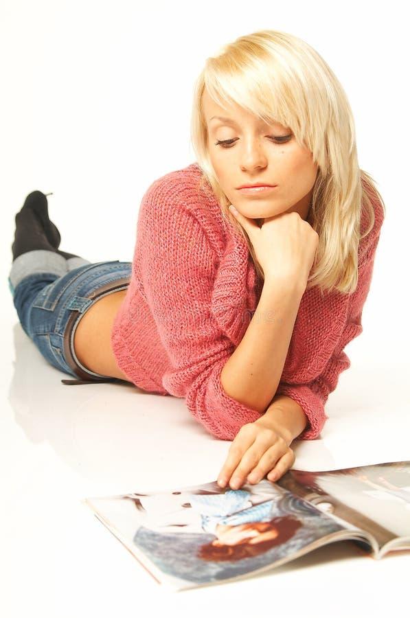 Het meisje van de blonde met krant royalty-vrije stock foto's