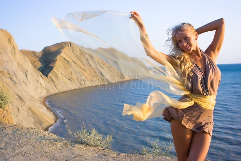 Het meisje van de blonde met sjaal stock foto