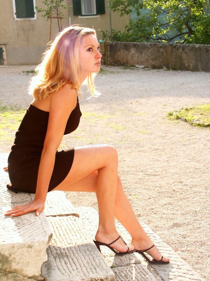 Het meisje van de blonde in miniskirt royalty-vrije stock foto