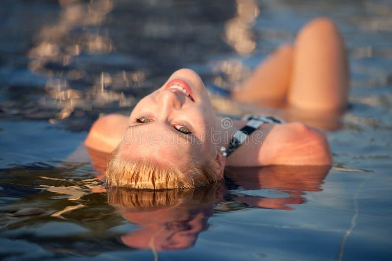 Het meisje van de blonde in zwembad stock afbeeldingen