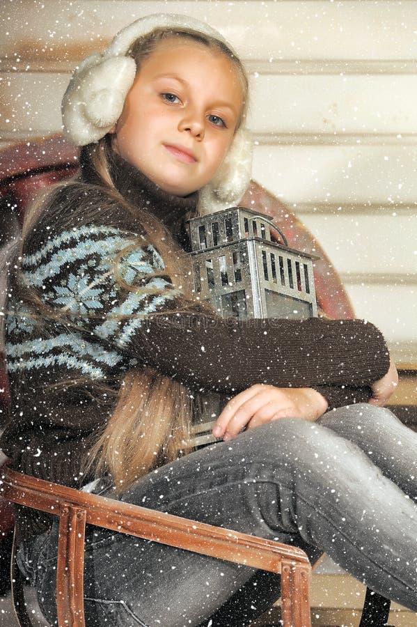 Het meisje van de blondetiener in de winter vóór Kerstmis royalty-vrije stock foto