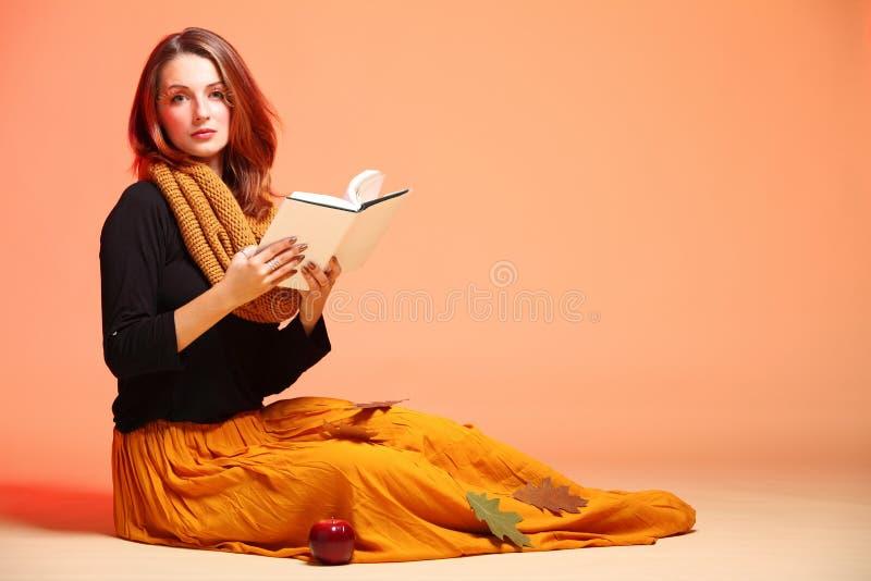 Het meisje van de de herfstmanier met boek oranje wimpers stock afbeeldingen