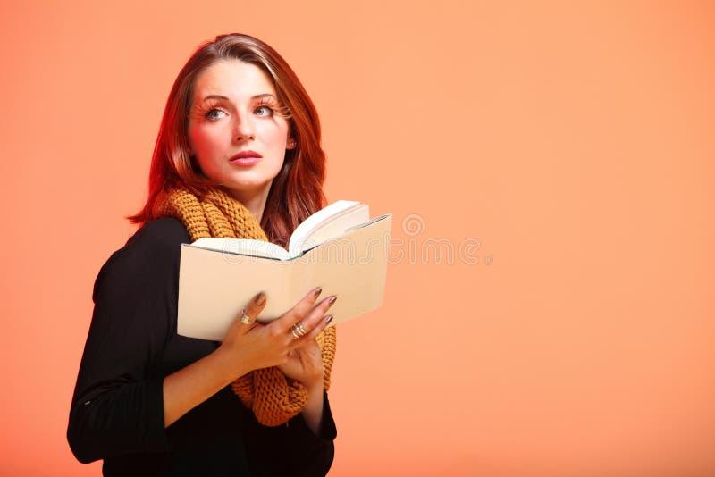 Het meisje van de de herfstmanier met boek oranje wimpers stock afbeelding