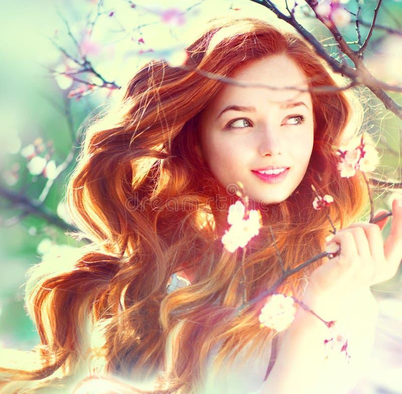 Het meisje van de de lenteschoonheid in openlucht stock fotografie
