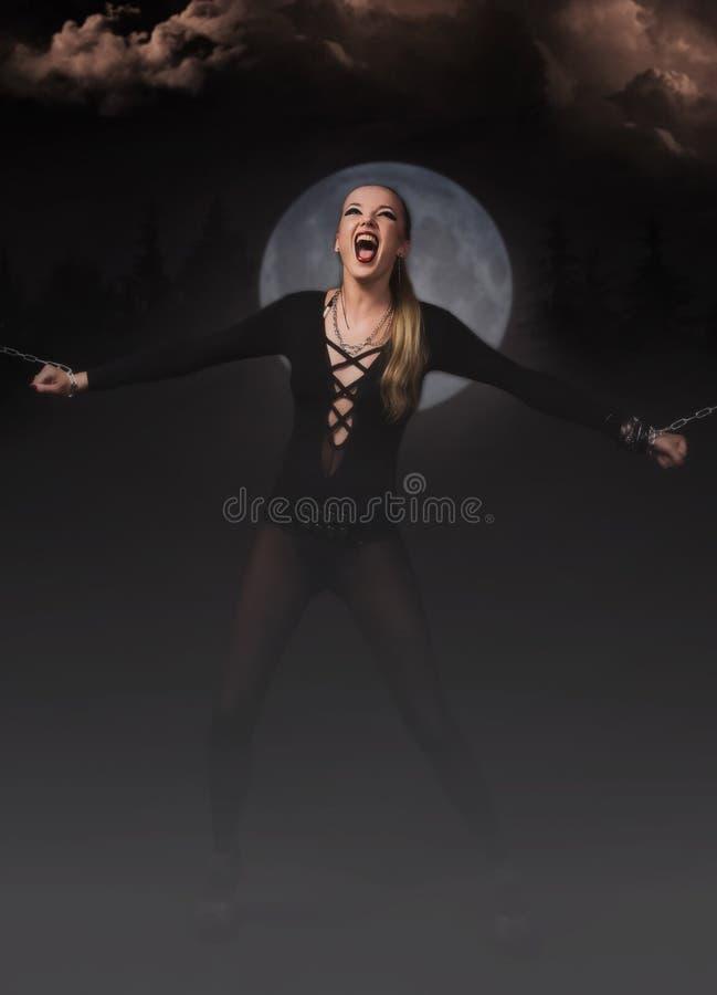 Het meisje van de duivel in kettingen stock afbeeldingen