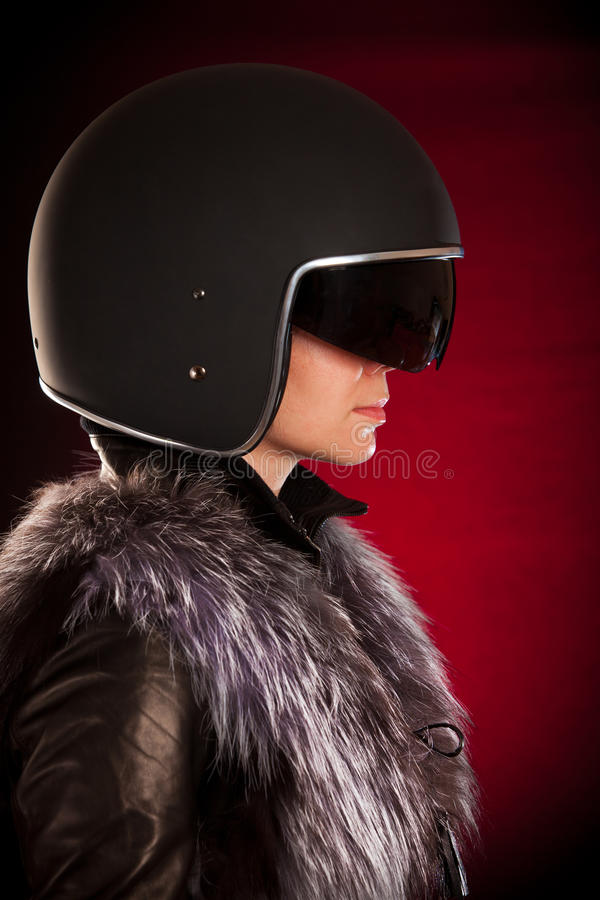 Het meisje van de fietser in een helm royalty-vrije stock foto's