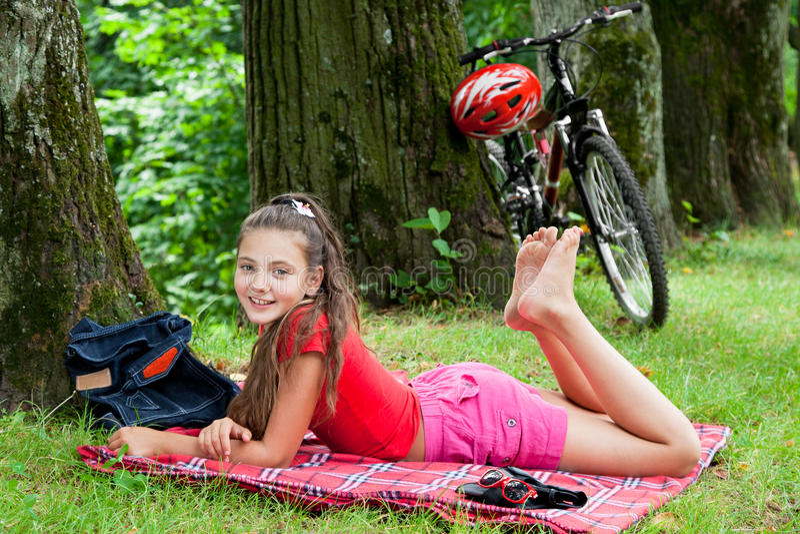 Het meisje van de fietser in het park stock foto's