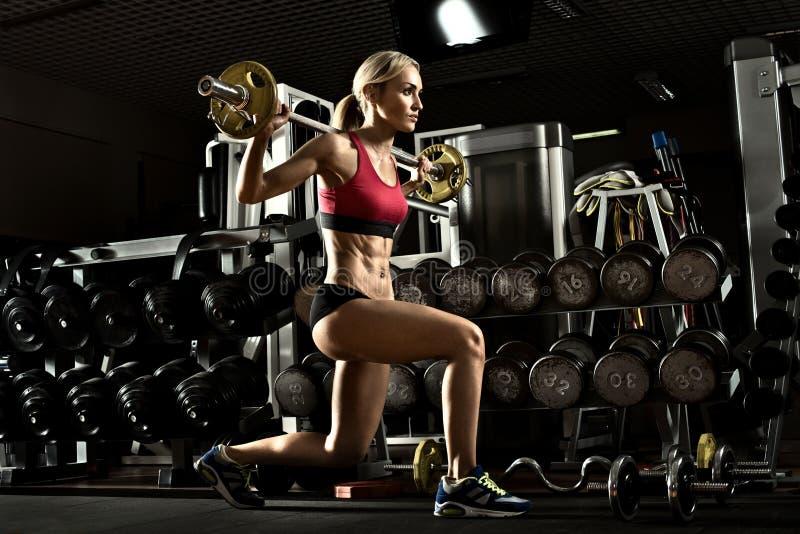 Het meisje van de geschiktheid in gymnastiek royalty-vrije stock afbeeldingen
