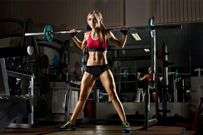 Het meisje van de geschiktheid in gymnastiek royalty-vrije stock foto's