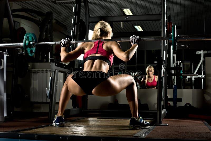 Het meisje van de geschiktheid in gymnastiek stock foto's