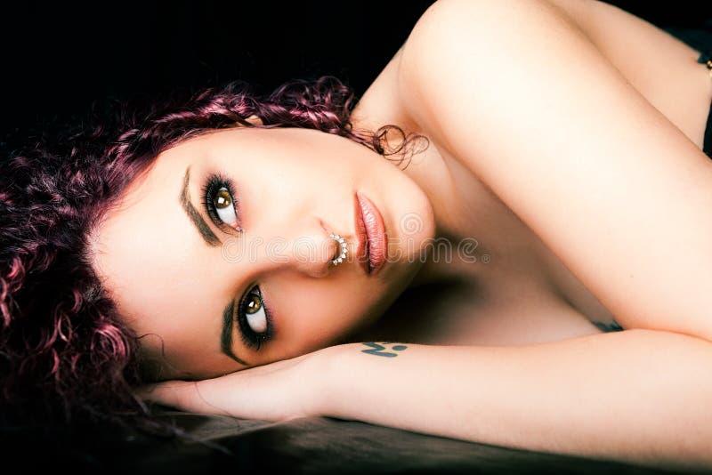 Het meisje van de gezichtsschoonheid Schone en vlotte huid, rood krullend haar stock afbeeldingen