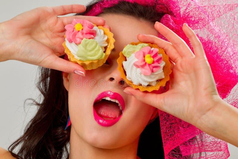 Het meisje van de glamour met cakes stock foto's