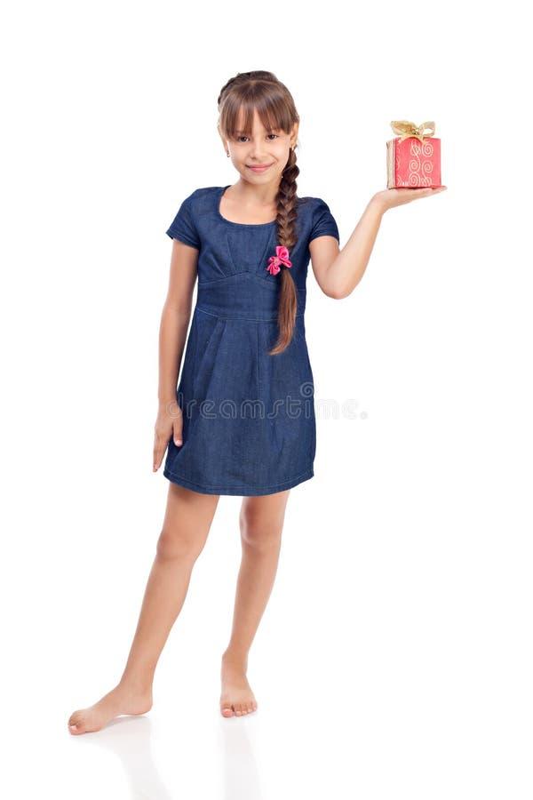 Het meisje van de glimlach met rode giftbox stock fotografie