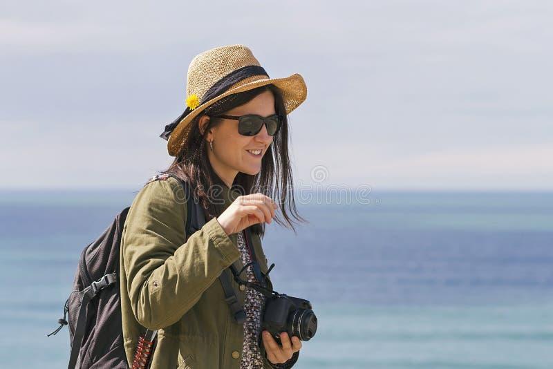 Het meisje van de Hipsterreiziger stock foto