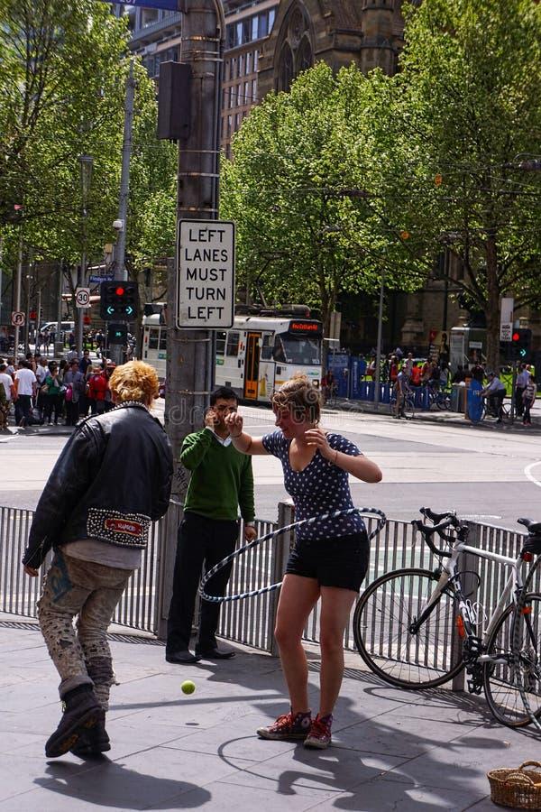 Het meisje van de Hulahoepel op de straat van Melbourne stock fotografie