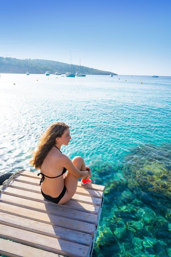 Het meisje van de Ibizabikini bij Portinatx-strand wordt ontspannen dat stock fotografie