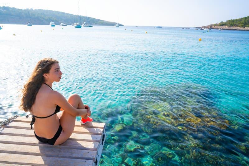 Het meisje van de Ibizabikini bij Portinatx-strand wordt ontspannen dat stock afbeelding