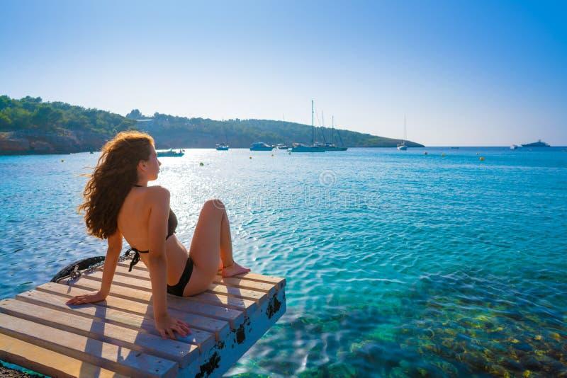 Het meisje van de Ibizabikini bij Portinatx-strand wordt ontspannen dat royalty-vrije stock afbeeldingen