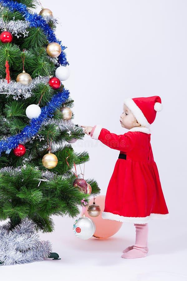 Het meisje van de Kerstmisbaby in een GLB van Santa Claus royalty-vrije stock foto's
