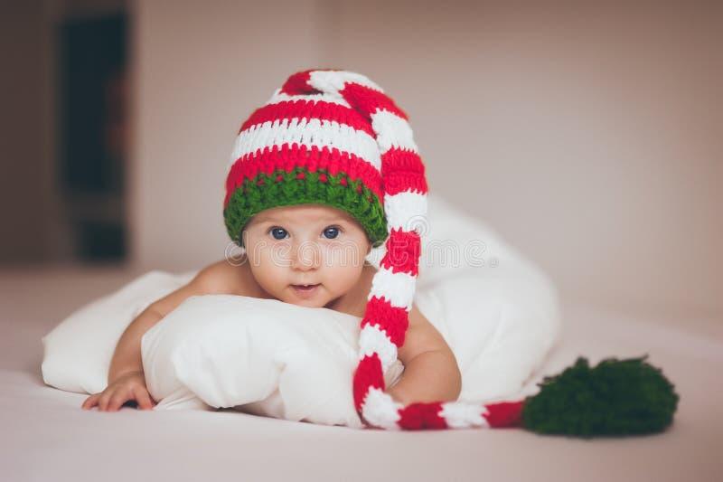 Het meisje van de Kerstmisbaby pasgeboren in hoed stock fotografie