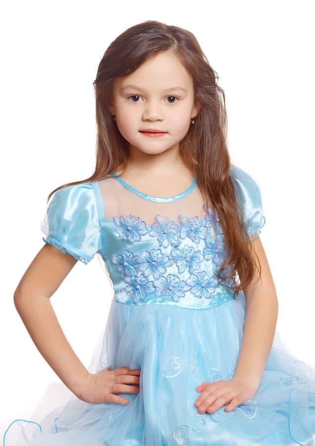 Het meisje van de kleuter in een blauwe kleding stock foto