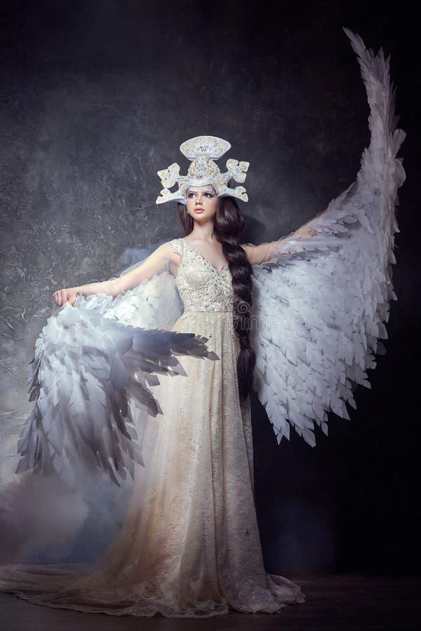 Het meisje van de kunstengel met het beeld van de vleugelsfee Zwaanprinses, Koningin van engelen Mooie kleding met vleugels De sc royalty-vrije stock afbeeldingen